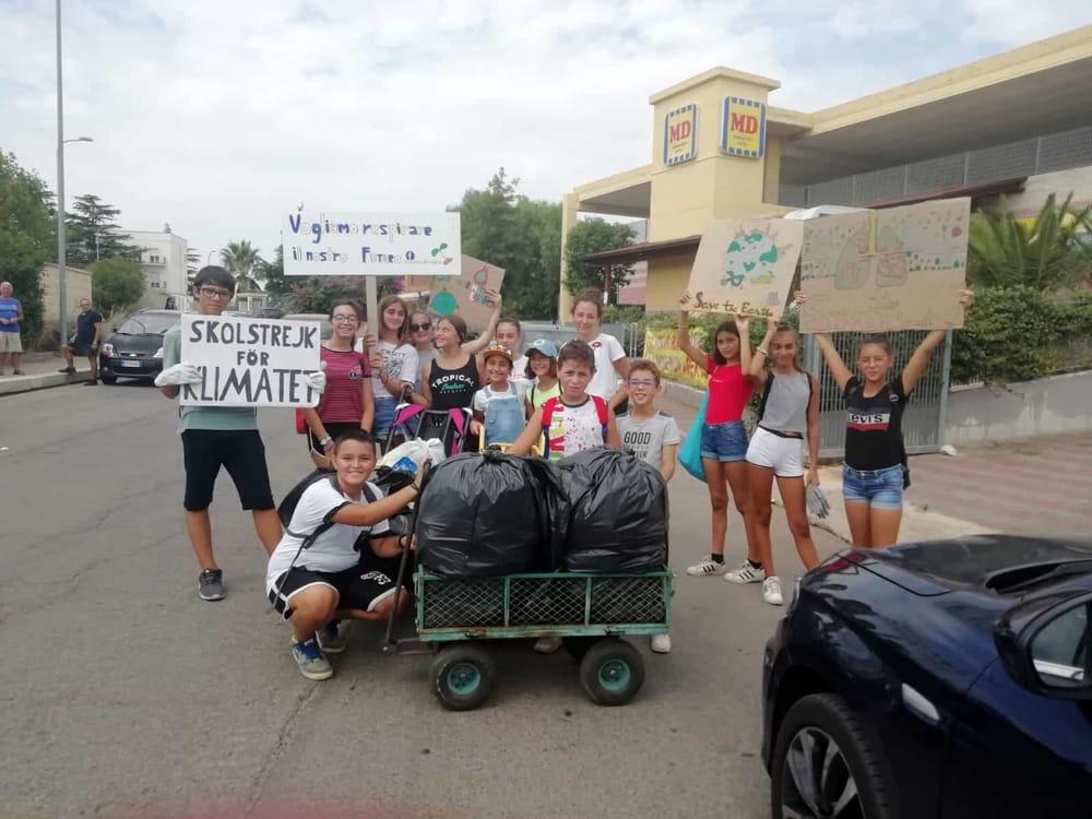 """""""Hanno iniziato per gioco, ora ripuliscono 3 volte a settimana"""": via i rifiuti a Sannicandro con gli 'spazzini' under 15"""